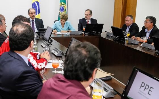 Presidente Dilma Rousseff assina medida provisória com proposta para conter o desemprego (Foto: Roberto Stuckert Filho/PR)