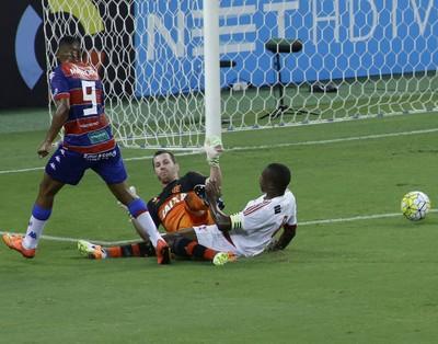 Juan, Paulo Victor - Fortaleza x Flamengo (Foto: LC MOREIRA/ESTADÃO CONTEÚDO)