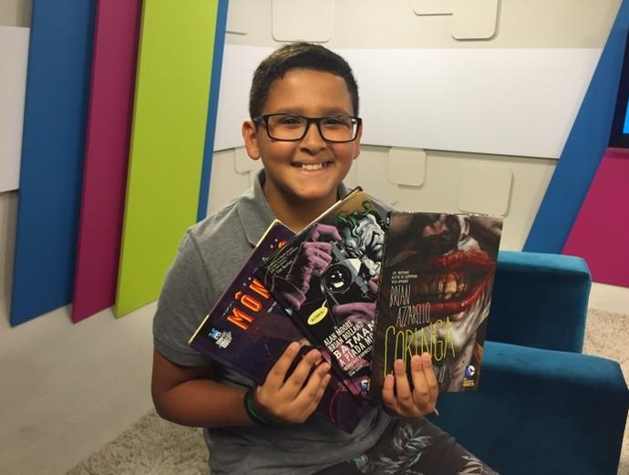 Chicão exibe livros da sua coleção  (Foto: Reprodução / TV Diário )