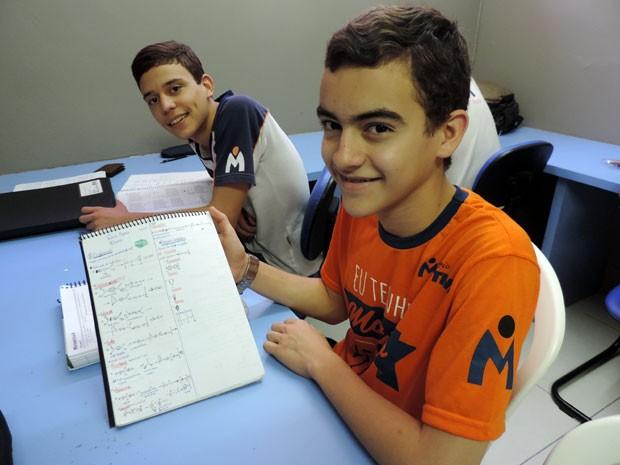 """""""As anotações dele na aula são perfeitas"""", diz colega de Mateus sobre a organização do caderno do jovem estudante. (Foto: Anna Tiago/G1)"""
