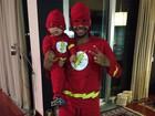 Dani Souza posta foto de Dentinho e filho vestidos de super-heróis