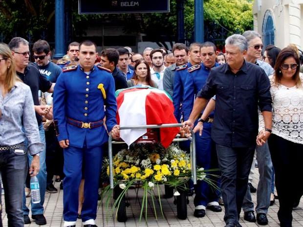 O filho de Alacid Nunes, o secretário de Estado Hildegardo Nunes (d), esteve entre as pessoas que conduziram o corpo do ex-governador ao cemitério. (Foto: Sidney Oliveira/ Agência Pará)