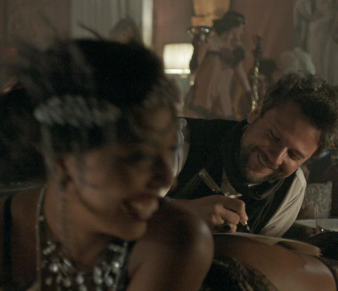 Augusto é um bon vivant e vive se divertindo com suas conquistas amorosas (Foto: Tv Globo)
