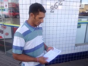 Iracildo Mendes enfrentou dificuldades para comprar o antibiótico amoxicilina para a filha (Foto: Dyepeson Martins/G1)