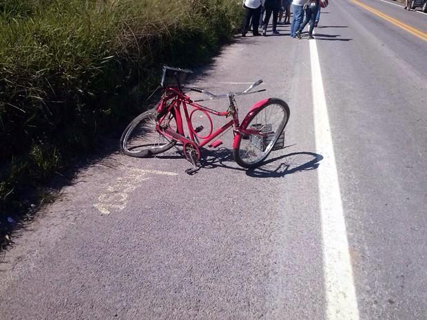 Ciclista morre após ser atingido por veículo em Caxambu (Foto: Deivid Santos)