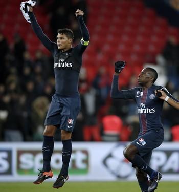 Thiago Silva comanda a festa do Paris Saint-Germain pela classificação na Copa da Liga Francesa (Foto: EFE/YOAN VALAT)