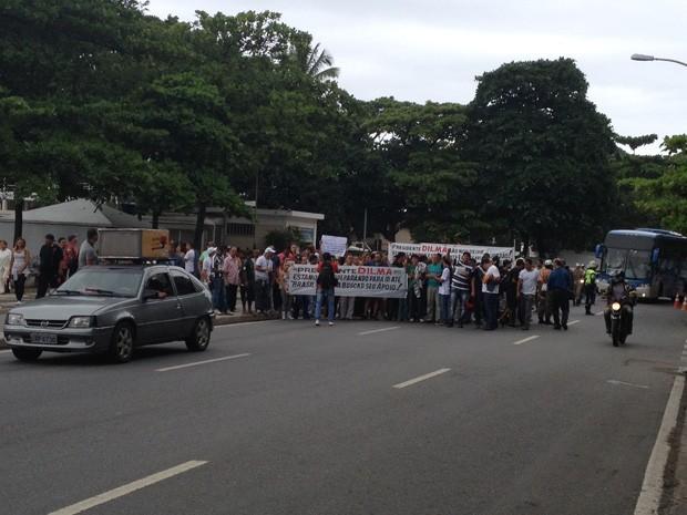 Grupo em Copacabana, onde ocupa duas faixas do sentido Leme  (Foto: Cristiane Cardoso/G1)