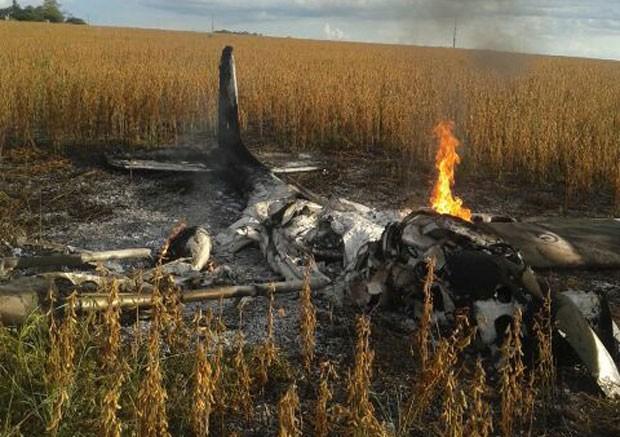 Avião cai e pega fogo em edeia, Goiás (Foto: Reprodução/TV Anhanguera)