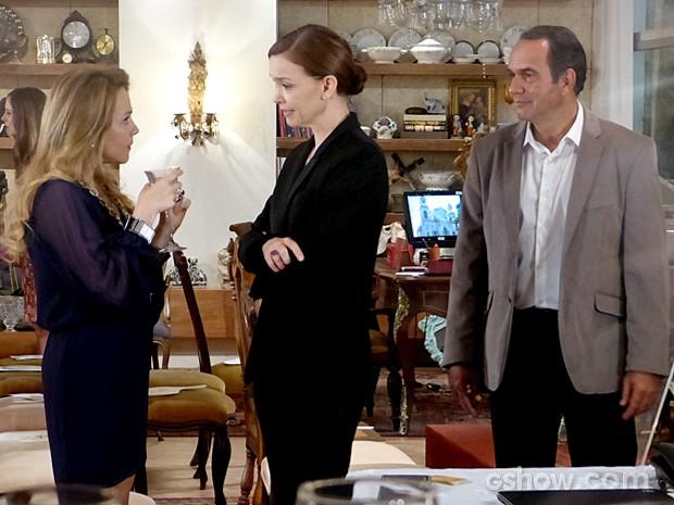 Shirley diz para Helena que ainda tem muito mais o que leiloar (Foto: Em Família/TV Globo)