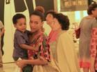 Grávida, Taís Araújo passeia com o filho em shopping carioca