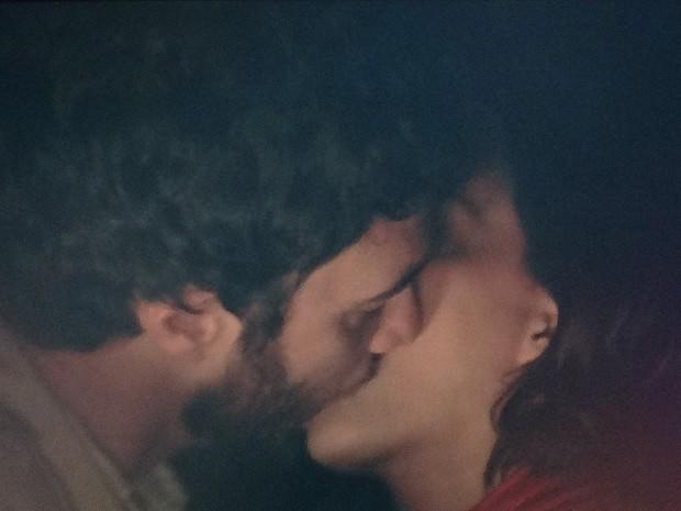 Rodrigo e Miriam dão um beijão na gruta (Foto: Amor Eterno Amor / TV Globo)