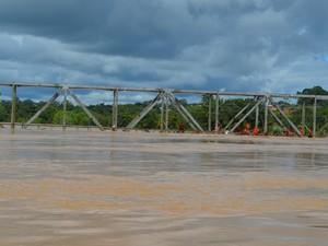 Nível do Rio Acre atingiu ponte que liga os municípios de Brasiléia e Epitaciolândia, no interior do Acre. Enchente já é considerada a pior da história na região. Fotos foram tiradas nesta terça-feira (24) (Foto: Caio Fulgêncio/G1)