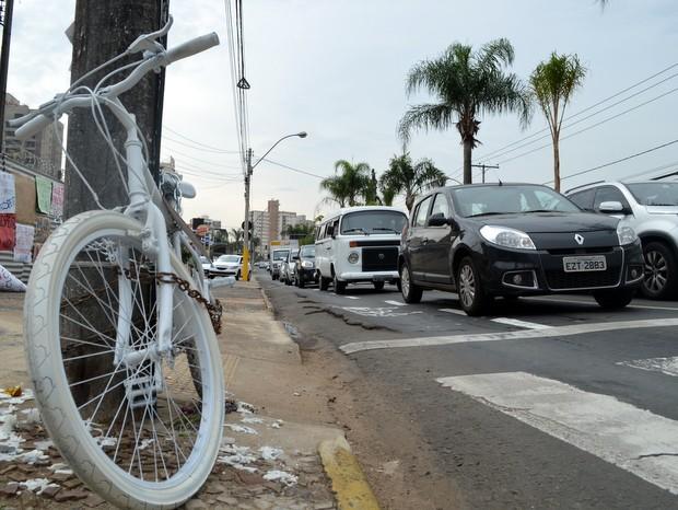 Bicicleta pintada de branco foi deixada na esquida do acidente em Piracicaba (Foto: Leon Botão/G1)