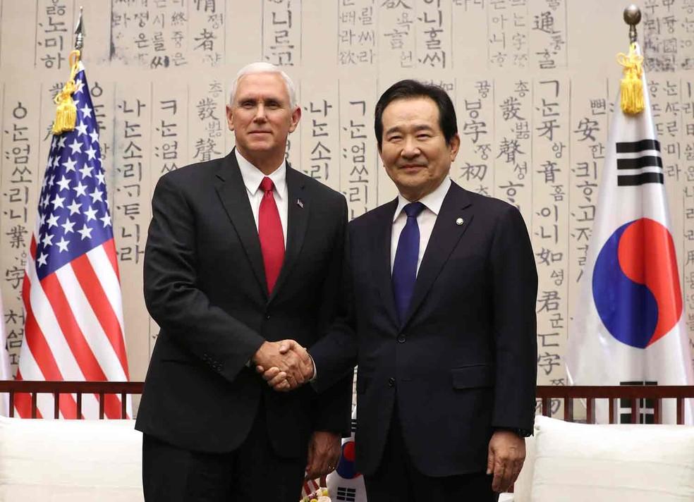 O vice-presidente dos EUA, Mike Pence, posa ao lado do porta-voz da Assembleia sul-coreana Chung Sye-kyun   (Foto: Lee Jin-man/AP)