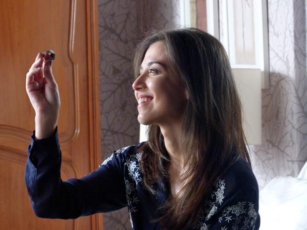 Cora admira anel de José Alfredo (Foto: Gshow)