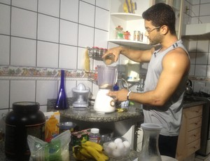 Fisiculturista de Palmas faz bebida energética que faz parte de dieta em preparação para campeonato de Fisiculturismo (Foto: Camila Rodrigues/GloboEsporte.com)