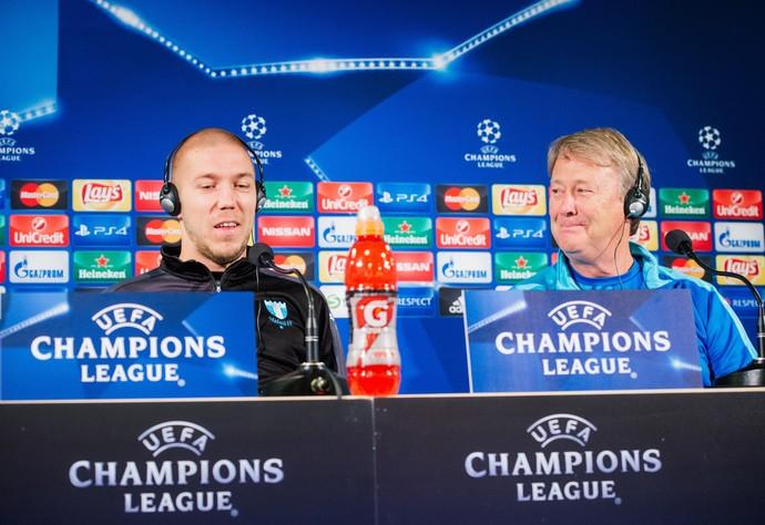 Anton Tinnerholm e Age Hareide Malmö entrevista coletiva Liga dos Campeões (Foto: JONATHAN NACKSTRAND/AFP/Getty Images)