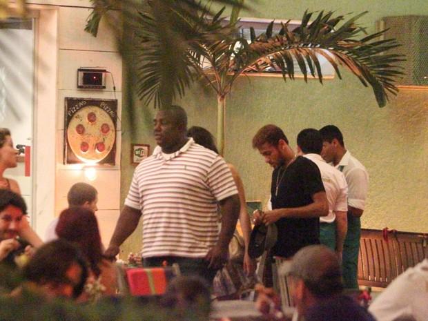 Neymar com amigos em restaurante na Zona Oeste do Rio (Foto: Dilson Silva/ Ag. News)
