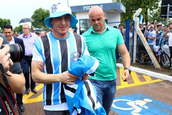 Cristian Rodriguez Grêmio chegada Porto Alegre aeroporto (Foto: Lucas Uebel/Grêmio FBPA)