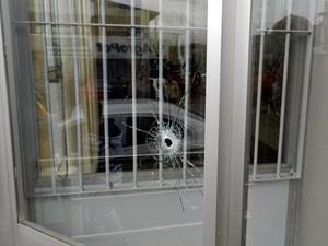 Marca de tiro em vidro de agência bancária em Machadinho (Foto: Rádio Interativa Machadinho/Divulgação)