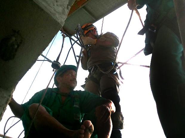 Operário foi resgatado por uma equipe do Corpo de Bombeiros, em Teresina (Foto: Divulgação/Abmepi)