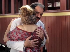 Nacib se despede da rapariga (Foto: Gabriela / TV Globo)