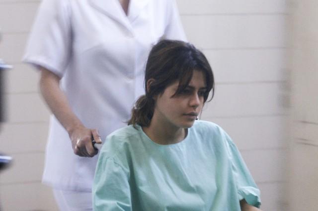 Julia Dalavia em uma das cenas finais de Nanda em 'Os dias eram assim' (Foto: TV Globo)