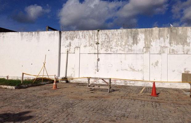 Depois de saírem das celas pelo telhado, presos usaram corda para escalar e pular o muro (Foto: Emmily Virgílio/Inter TV Cabugi)