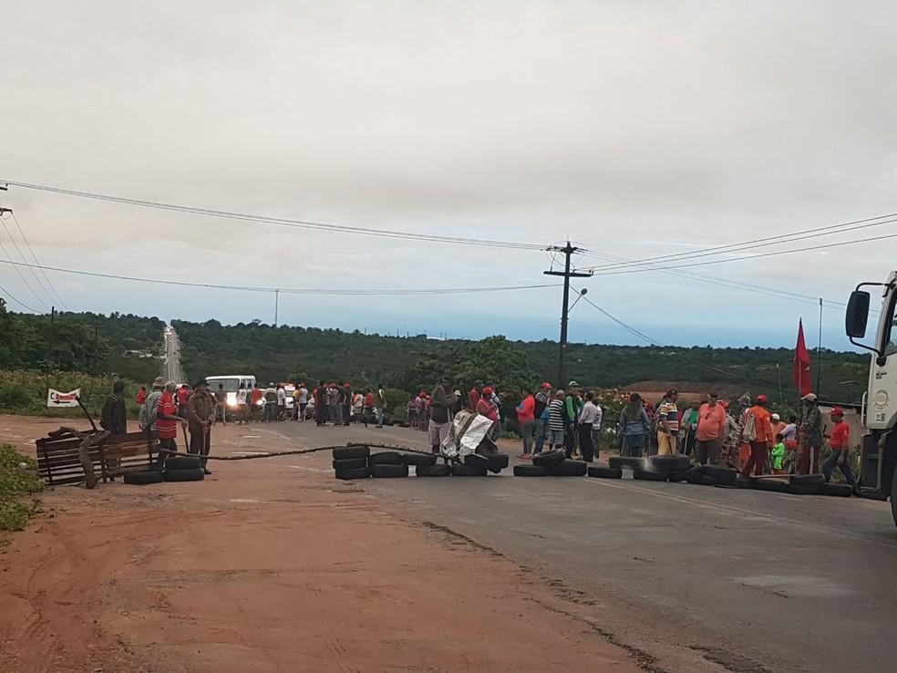 Manifestantes bloqueiam BR-406 com pneus  (Foto: Divulgação/PRF)