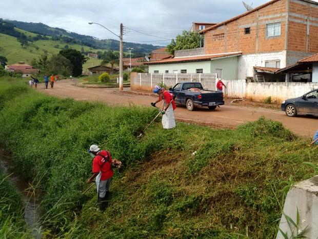 Agentes fazem limpeza de córrego às margens de avenida em Itapeva (Foto: Secretaria de Saúde)