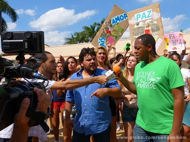 O protesto tem direito até a entrevista com o fã líder do grupo (Foto: Sangue Bom / TV Globo)