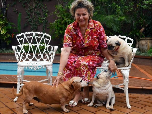Jusceléia cuida de quatro cães e quatro gatos em casa em Ribeirão Preto (Foto: Adriano Oliveira/G1)
