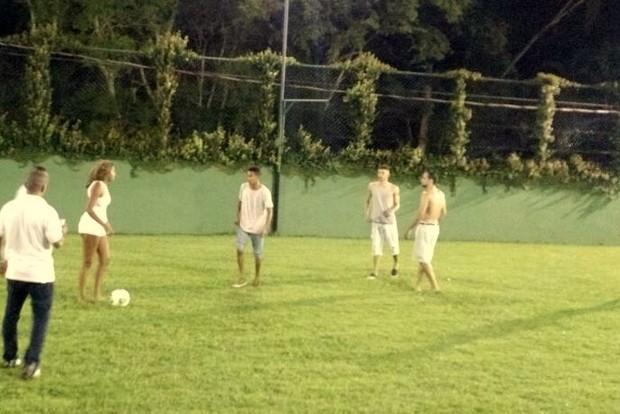 Ludmilla participa de partida de futebol na sua festa de aniversário, no Rio (Foto: Léo Martinez/EGO)