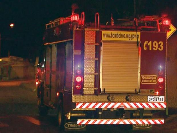 Incêndio em imóvel deixa homem ferido em Varginha (Foto: Reprodução EPTV)