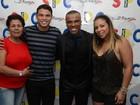 Thiago Silva leva a mãe e a mulher a show de pagode no Rio