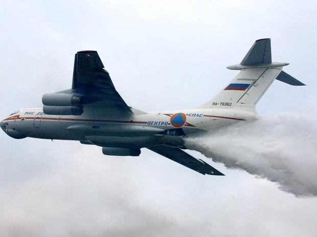 Imagem de arquivo mostra avião tanque Il-76 durante exercícios  (Foto: Maxim Marmur / Arquivo / AP Photo)
