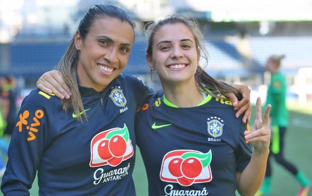 Marta com Djeni em treino da seleção feminina