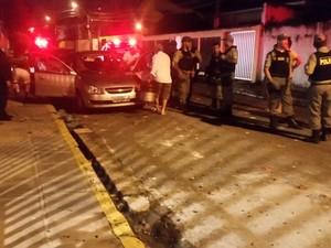 carros quebrados depois de confronto entre torvcedores (Foto: Reprodução/Whatsapp)