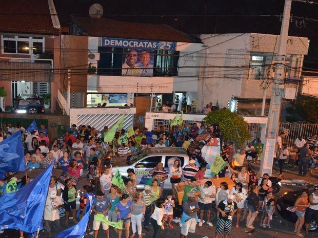 Aracajuanos comemoram em frente a sede do partido Democratas (Foto: Flávio Antunes/G1 SE)