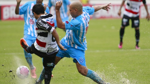 Paysandu e Santa Cruz fizeram um jogo corrido, mas com muitos passes erados (Foto: Tarso Sarraf / O Liberal)