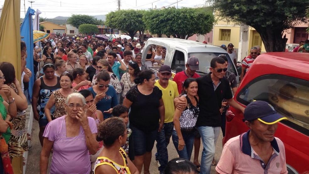 Após o velório, caixões foram levados em cortejo para o cemitério público da cidade (Foto: Hugo Andrade/Inter TV Costa Branca)