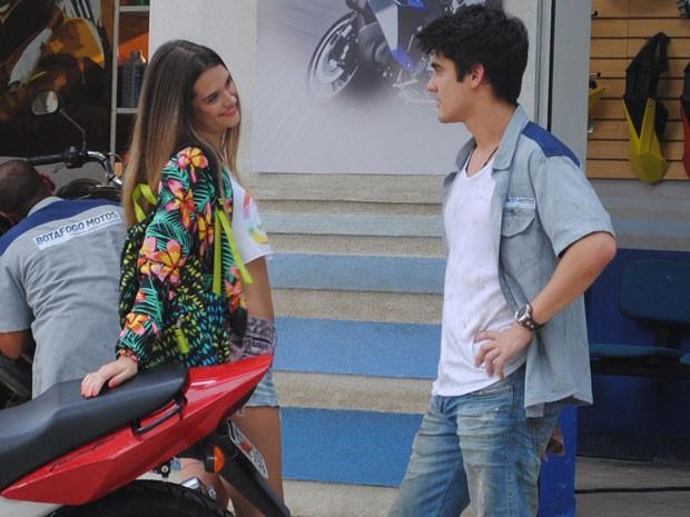 Fatinha chega toda se querendo para Vitor... (Foto: Malhação / Tv Globo)
