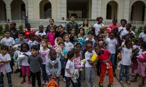 Crianças refugiadas cantam músicas brasileiras em coral em São Paulo