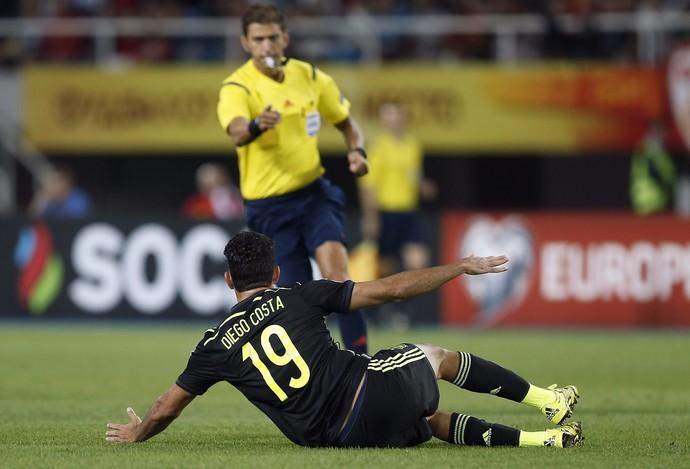 Diego Costa caído Macedônia x Espanha (Foto: EFE/Kai Försterling)