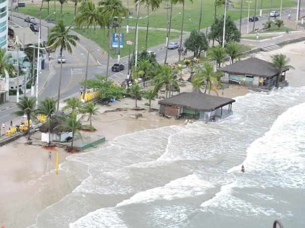 Alguns quiosques da praia foram inundados em Guarujá, SP (Foto: Nelci Gomes Junior/Arquivo Pessoal)