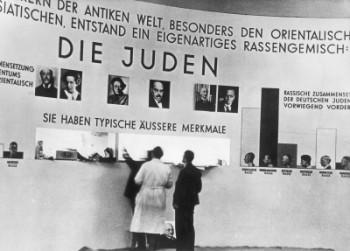 """Foto (Foto: Exposição sobre judeus com discurso antissemita em Munique, em 1937. Imagem do livro """"Hitler"""" (Companhia das Letras), de Ian Kershaw)"""