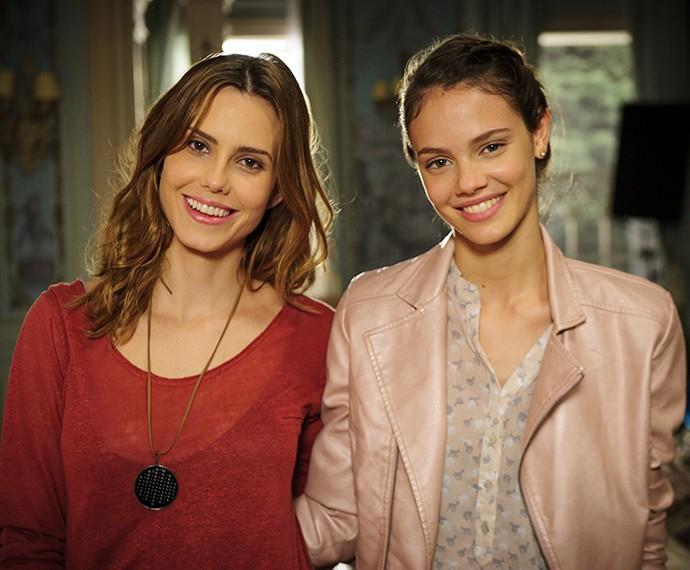 Lívia de Bueno com a Laura Neiva na novela Saramandaia (Foto: Alex Carvalho / TV Globo)