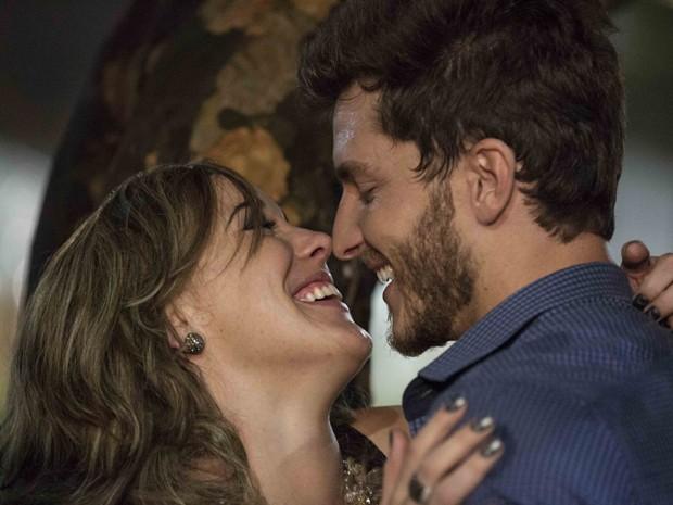 Amanda faz uma proposta ousada para Léo (Foto: Inácio Moraes/TV Globo)