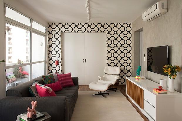 A porta também pode ser emoldurada com papel de parede, como nesta sala de estar projetada pelos arquitetos Renato Salles e Vivian Giometti, sócios do Estúdio Cada Um (Foto: Cacá Bratke/Editora Globo)