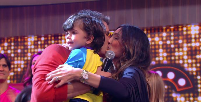 Com João no colo, Marcio Garcia beija a esposa Andréa (Foto: TV Globo)